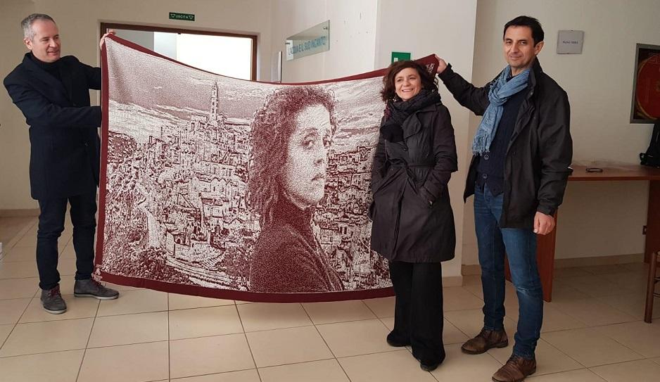 Donato Cirella consegna a Mariolina Venezia il plaid in cachemire dedicato alla fiction Imma Tataranni